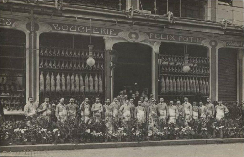Employés Félix Potin, devant l'immeuble de la rue de Rennes, vers 1900