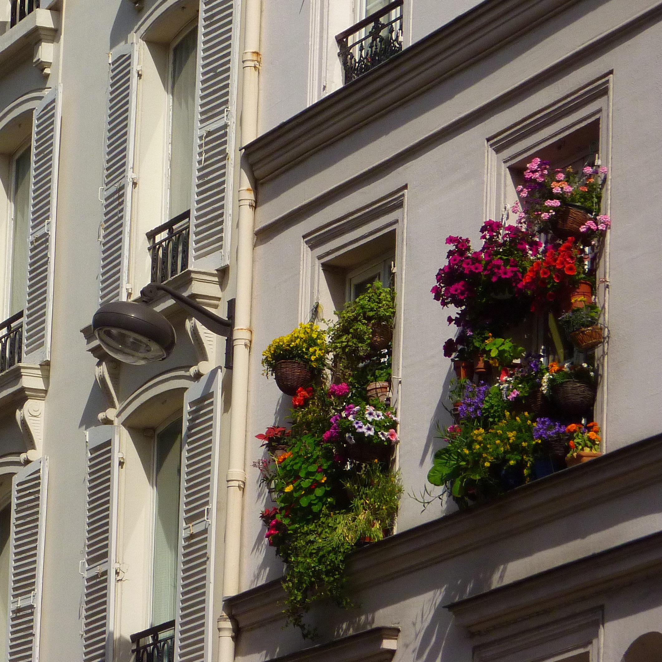 Façade fleurie de la rue du Cherche Midi
