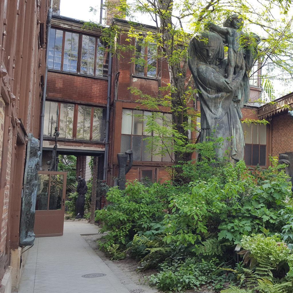 Sculptures dans le jardin du Musée Bourdelle, dans le quartier Montparnasse à Paris