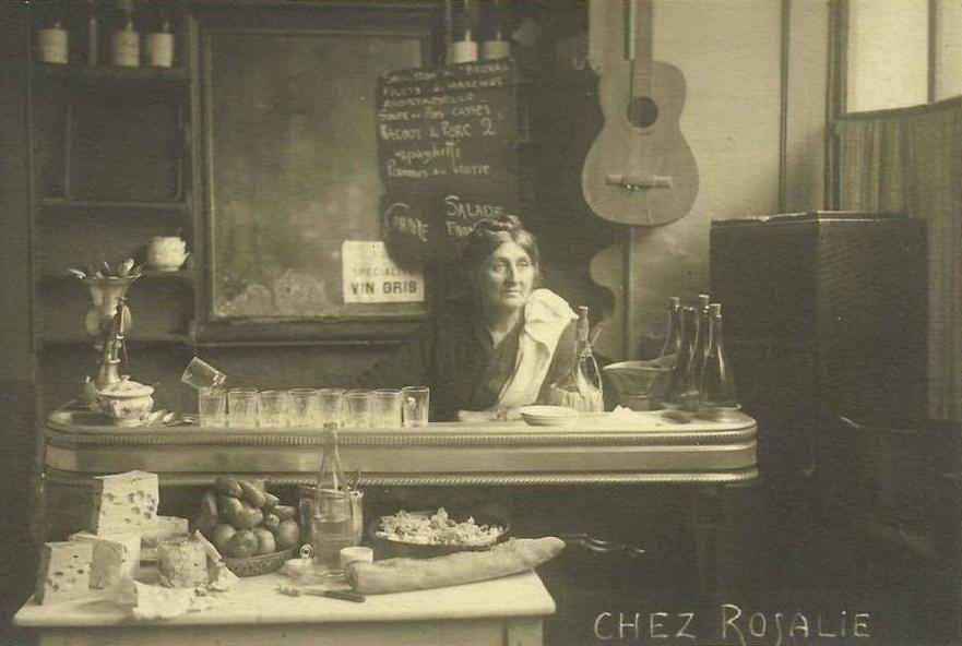 Rosalie Tobia au comptoir de sa crèmerie-restaurant au 3 rue Campagne-Première