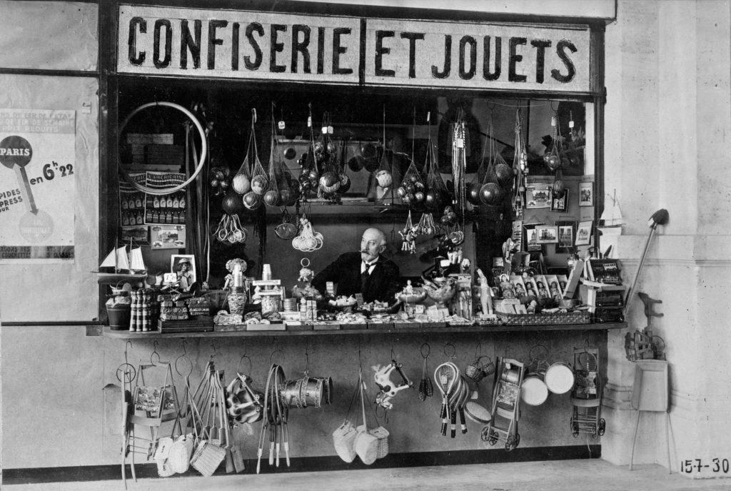 Georges Méliès dans la boutique de jouets de la gare Montparnasse