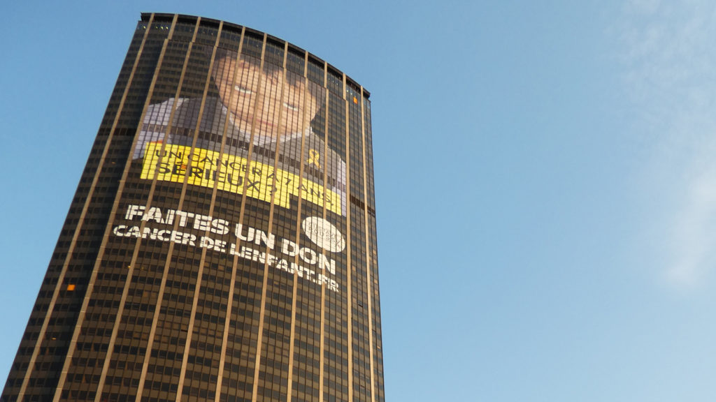 Sur la façade de la Tour Montparnasse, campagne contre le cancer des enfants